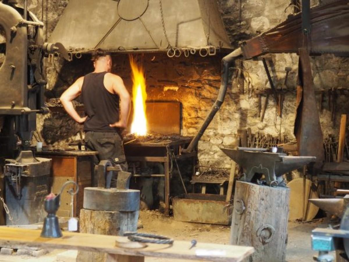 Les Forges de Pyrène, le forgeron surveille et attise le feu